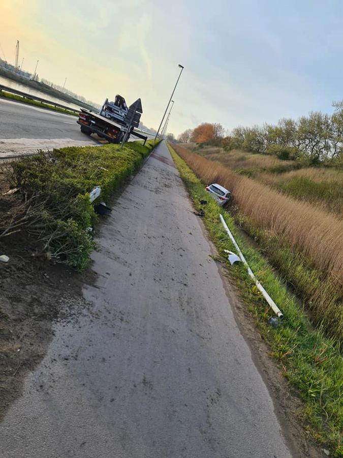 De auto vloog eerst nog door een haag en ramde een verlichtingspaal vooraleer in de gracht te eindigen. Depannage SOS stond in voor de takeling.