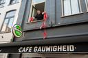 Eigenaar Martijn Leusink van Café Gauwigheid in betere tijden in 2018, toen corona nog geen onzekere factor in het uitgaansleven was. Vanwege de oplopende besmettingscijfers houdt hij zijn zaak dit weekend gesloten.