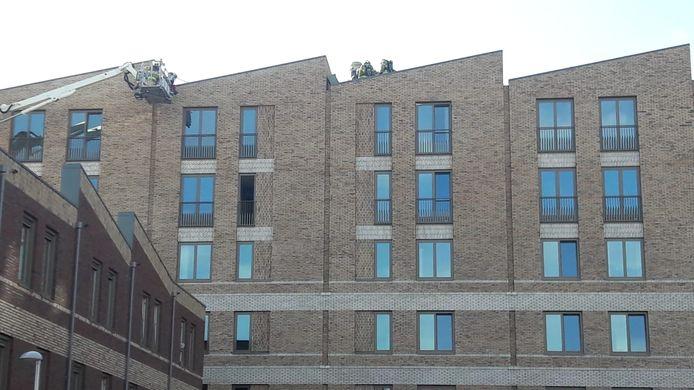 De brand brak vrijdag uit op de vijfde etage van het nieuwe appartementengebouw in Noorderhaven.