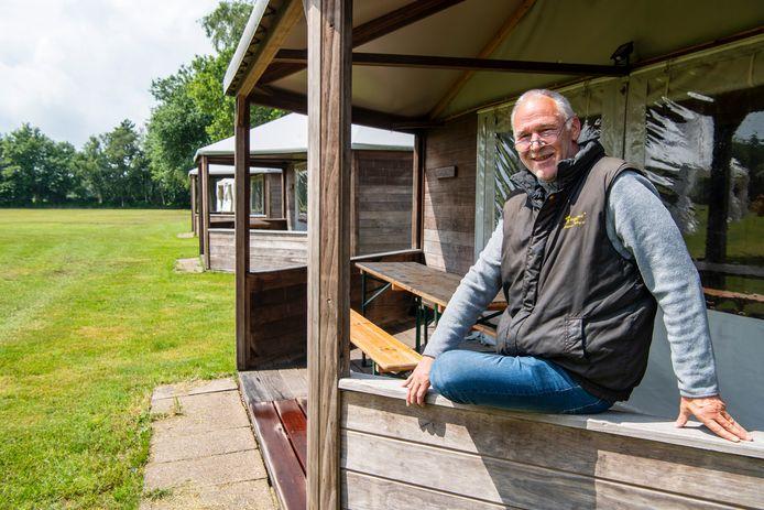 Campingeigenaar Jan Volkerink van Dennenoord in Giethmen kijkt weer blij, na een trage start in de boekingen liep het storm.