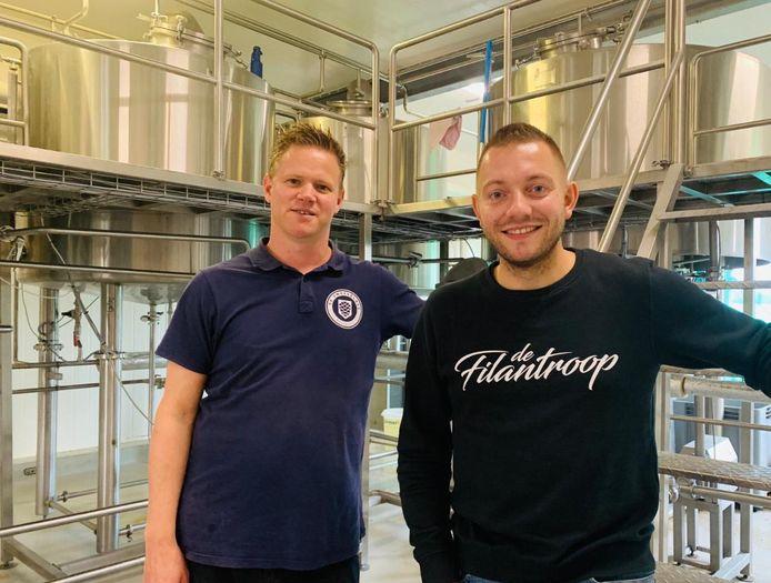 Søren Berghout (r) en Roy Verheijen brouwen samen bier onder de naam Dutch Border Craft Beer. Hun 'Tasty Polka' werd op de Dutch Beer Challenge beloond met een bronzen plak.