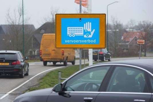 Een bord bij de afrit  A50  in Sint-Oedenrode vanwege het vervoersverbod voor pluimveebedrijven.