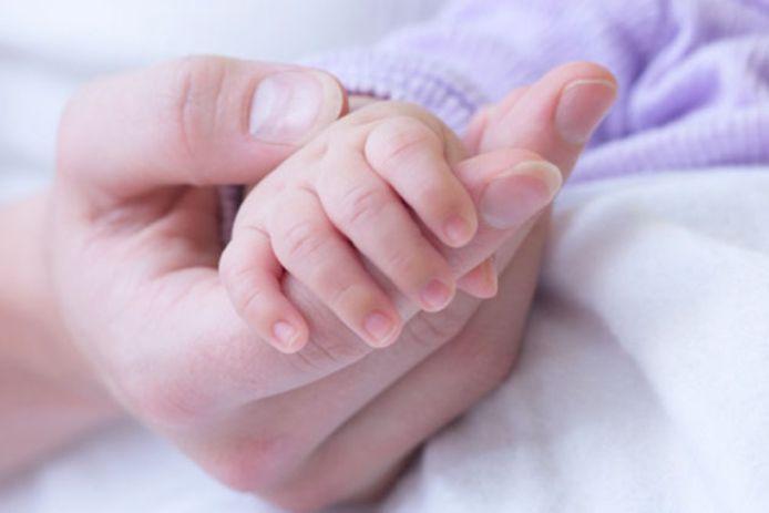 De baby was zes maanden oud, toen hij dooreengeschud werd. (illustratiebeeld)
