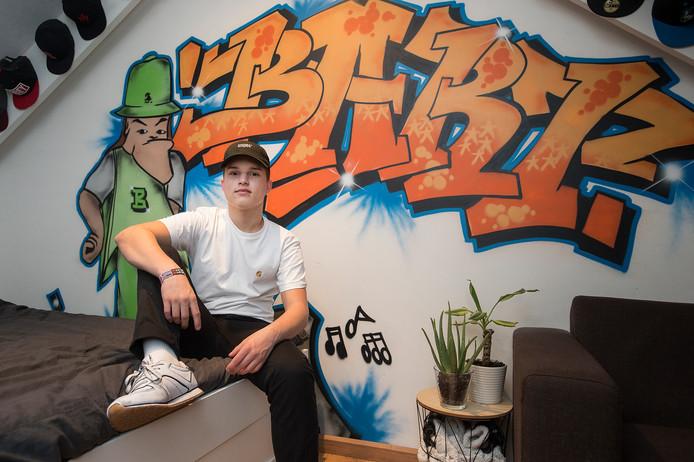Bart Beerens (15) bij zijn graffitimuur in zijn slaapkamer 'die altijd netjes is'.