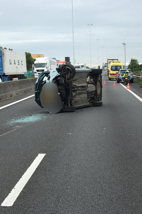 A20 afgesloten na aanrijding tussen vrachtwagen en personenauto