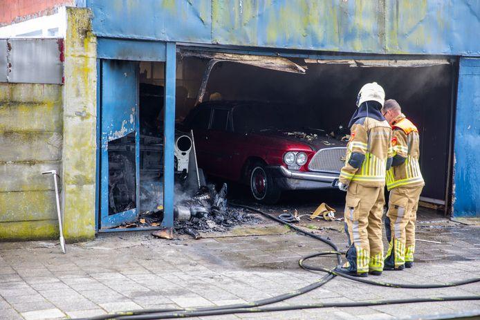 Twee oldtimers zijn zwaar beschadigd geraakt door de brand.