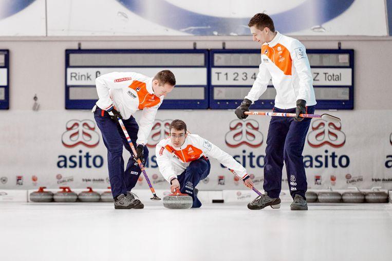 Jaap van Dorp (midden), routinier van het Nederlands curlingteam: 'Elke keuze in mijn loopbaan is de juiste geweest'.  Beeld Martijn Pauw