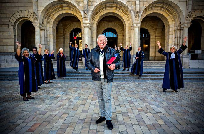 Hij was bij duizenden huwelijken betrokken, soms op de vreemdste plekken. Maar nu zwaait Aad Stoop (66), Rotterdams bekendste trouwambtenaar, af.