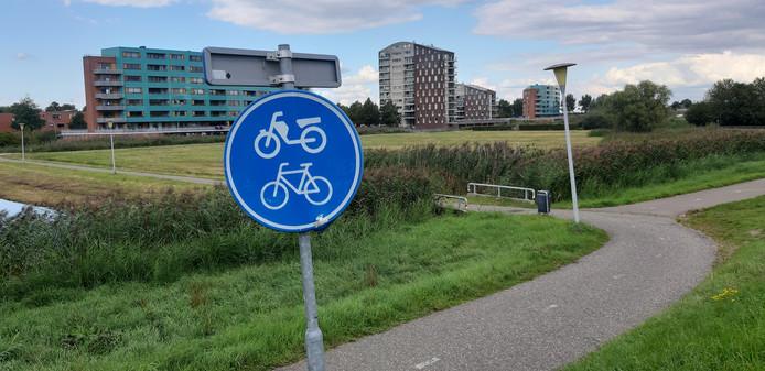 De plek waar het fietspad vanuit de Pottenbakkerstraat in Stadshagen uitkomt op de Hasselterdijk.