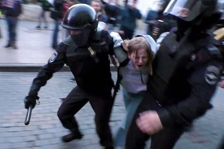 Russische ordediensten treden op tijdens een protest in Moskou.