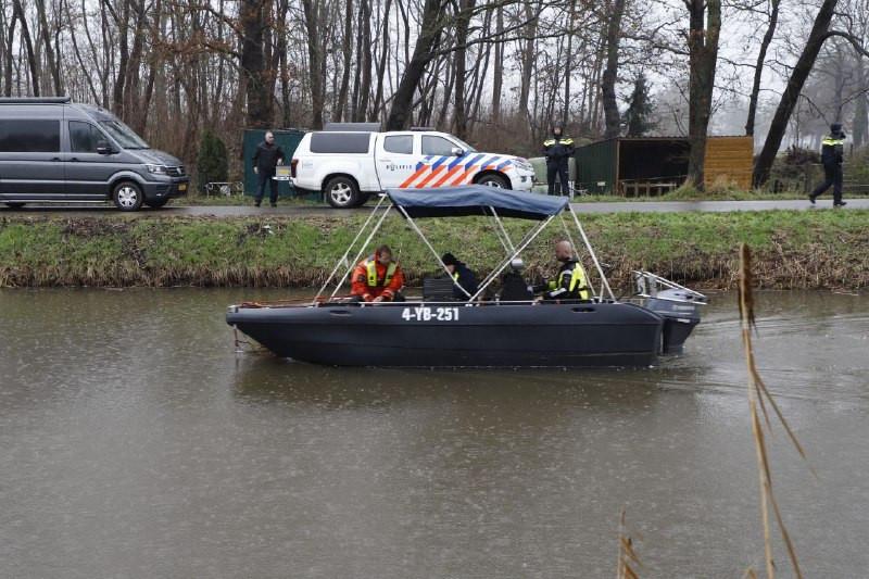 Met een sonarboot werd naar een vermiste 18-jarige man uit Lemelerveld gezocht.