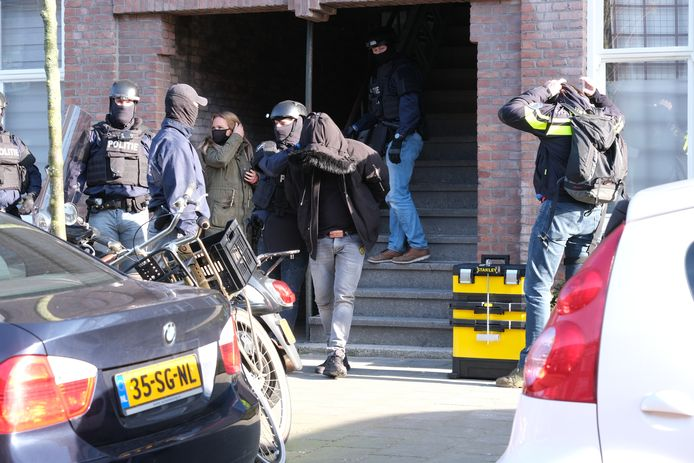 Politie doet inval in woning Spaarnestraat in Den Haag.