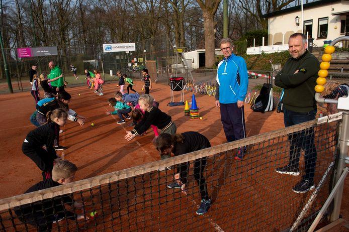 Eric van Bruggen (groene trui) en Peter Bosch van TV VEGO. Het initiatief van de vereniging om kinderen er gratis te laten tennissen valt in de smaak.