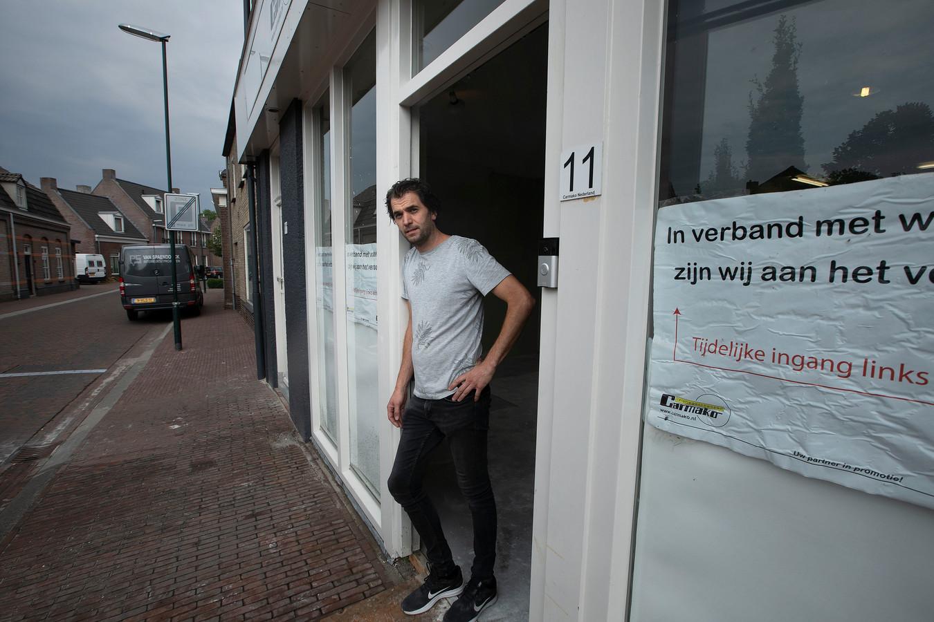 Patrick Slegers bij zijn winkel, die na de wateroverlast van mei nog steeds niet open is.