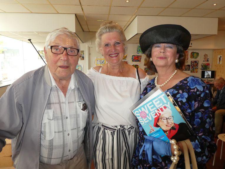 Buurtbewoner Jan van Geelen, koningin Maxima (Elly Otte) en Henriëtte van Burgelaer Emmer (Jet van Boxtel):