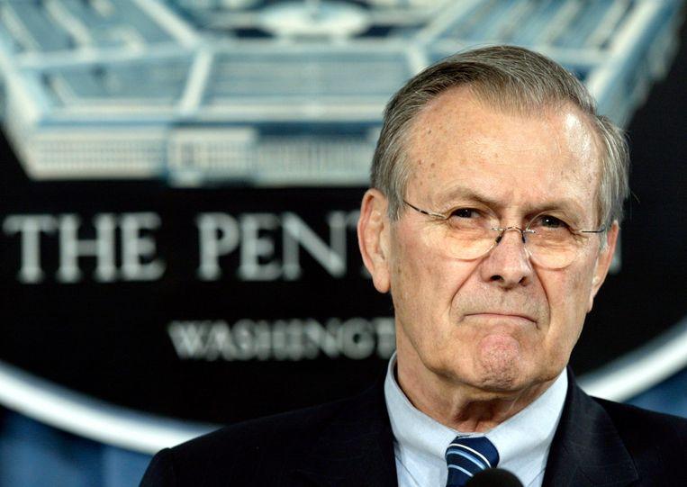 Rumsfeld in 2005 als minister van defensie tijdens een persconferentie. Beeld Reuters