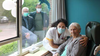 """Anna viert 100ste verjaardag aan raam van Imeldaziekenhuis: """"Blij dat we toch nog verjaardag kunnen vieren"""""""
