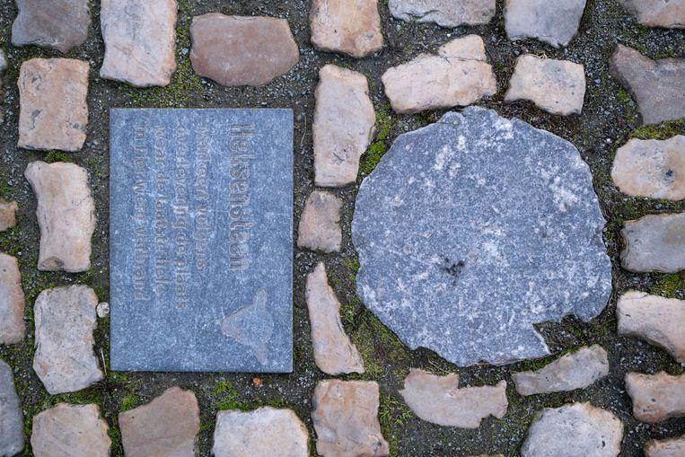 De gedenksteen, ook wel 'heksensteen' genoemd in de volksmond. Beeld David Legreve