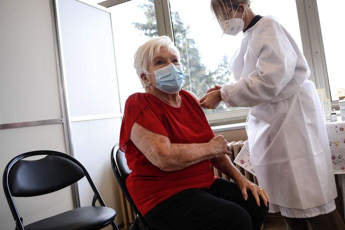 La comédienne et chanteuse s'est fait vacciner lundi dans sa commune de Rueil-Malmaison (Hauts-de-Seine).