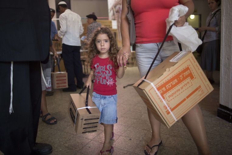 Een verkooppunt van gasmaskers in Jeruzalem. De verkoop van de maskers stijgt, terwijl er steeds openlijker gesproken wordt over militair ingrijpen in Syrië. Beeld AFP