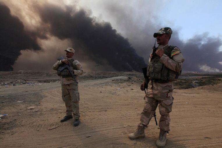 Soldaten van het Irakese leger bij Qayyarah. Beeld reuters