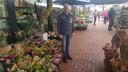 Bedrijfsleider Piet-Hein van der Linden van IntraTuin Rosmalen tussen de plantjes en bloemetjes.