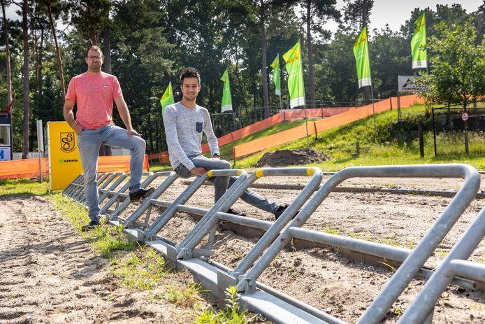 Niels van 't IJssel (l) en Robert Leferink kijken uit naar de eerste races, die weer verreden kunnen worden op circuit De Bargen.
