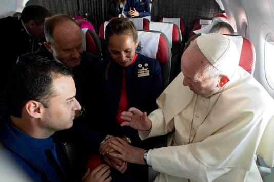 De paus huwde Paula Podest en Carlos Ciuffardi tijdens een vlucht boven Chili.