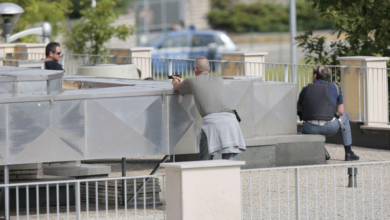 Agenten op het dak van het Ibis Hotel. Beeld EPA