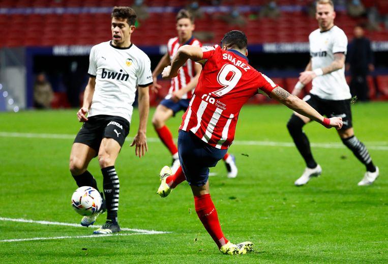 Atlético Madrid-aanvaller Luis Suarez scoort de 2-1 tegen Valencia. Beeld REUTERS