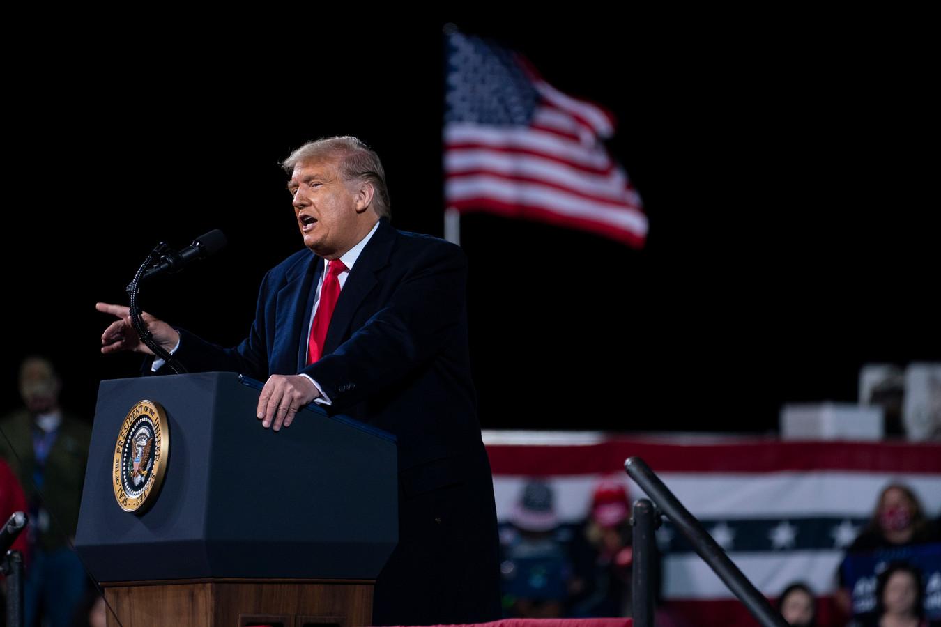 President Donald Trump tijdens de verkiezingbijeenkomst zaterdag op het vliegveld van Fayetteville (North-Carolina).
