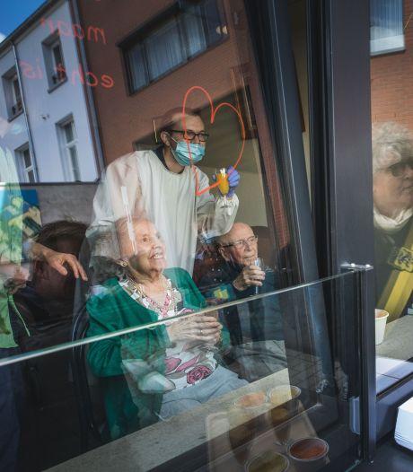 Un couple de nonagénaires fête son 70e anniversaire de mariage après avoir vaincu le coronavirus