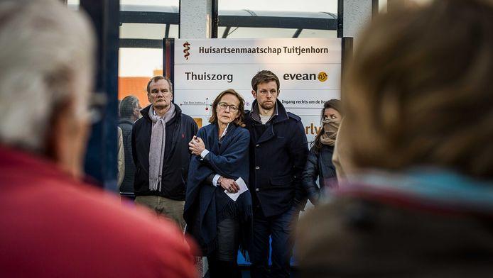 De weduwe van Nico Tromp (M) voor de ingang van Gezondheidscentrum Tuitjenhorn na afloop van een stille tocht voor huisarts Nico Tromp