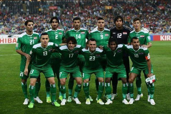 Teamfoto van Irak tijdens de Asian Cup 2015, met uiterst links Osama Rashid (13).
