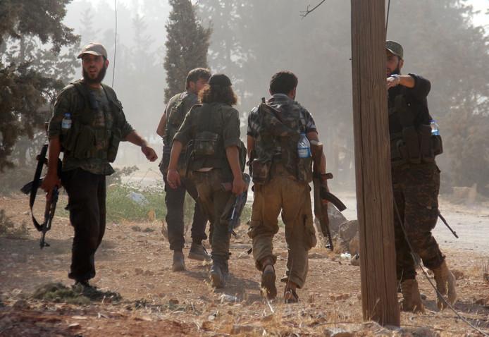 Strijders van het Al-Nusra Front in Syrië in 2016; in dat jaar had de verdachte die dinsdag in Kapelle is aangehouden het land overigens al lang verlaten.