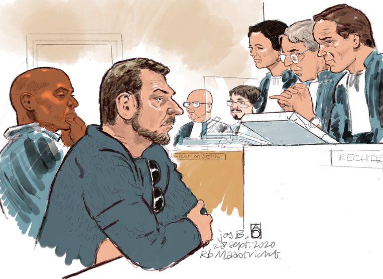 Rechtbanktekening van (L-R) advocaat Gerald Roethof, verdachte Jos B., officieren van justitie en de rechters tijdens de inhoudelijke behandeling van de rechtszaak. B. wordt verdacht van het ontvoeren, misbruiken en doden van Nicky Verstappen.  Beeld Hollandse Hoogte /  ANP