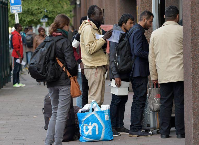 Migranten verzamelen aan het Maximiliaanpark in Brussel.