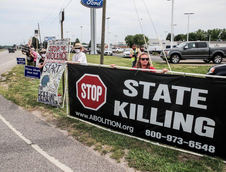 Demonstranten in de Amerikaanse staat Indiana roepen de autoriteiten op de doodstraf af te schaffen. Het protest was afgelopen zomer bij het federale complex in Terre Haute waar de executiekamer zich bevindt. Beeld EPA