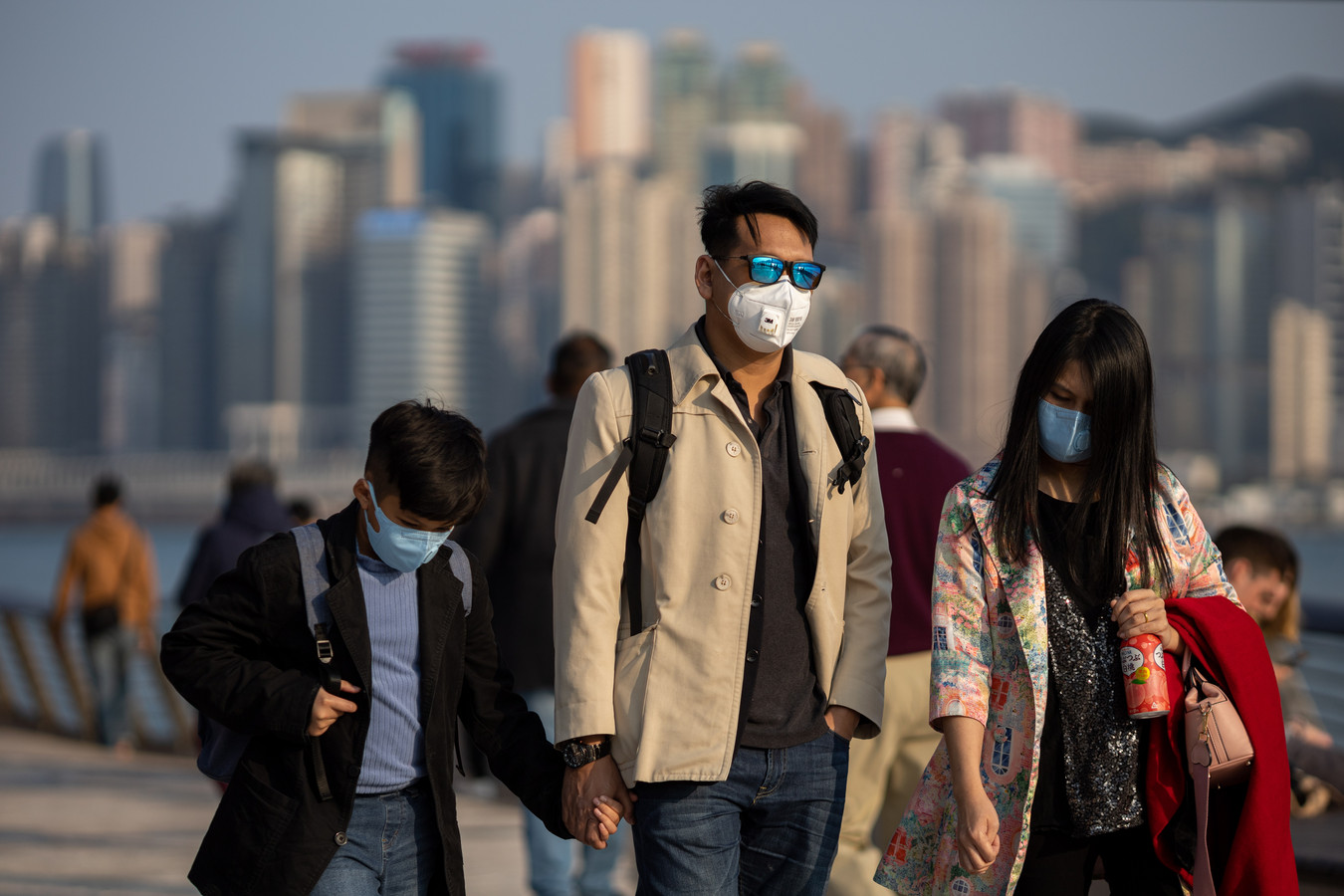 Chinezen dragen mondkapjes in Hongkong.