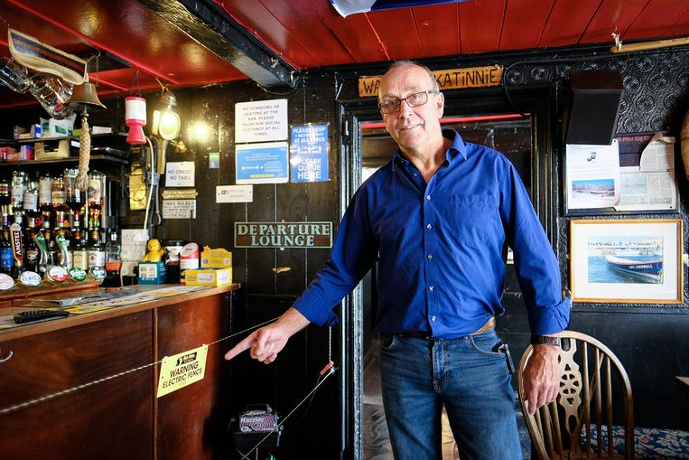 Johnny McFadden bij de schrikdraad in zijn Engelse pub. Beeld Greg Martin / Cornwall Live