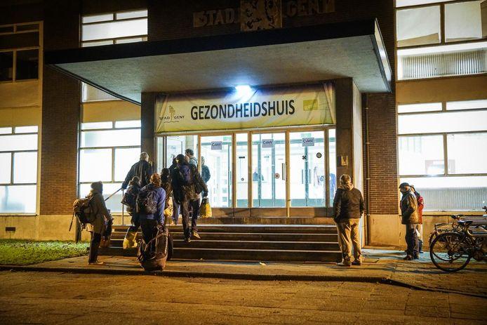 Daklozen komen toe aan de nachtopvang in het Baudelopark. - Archiefbeeld.