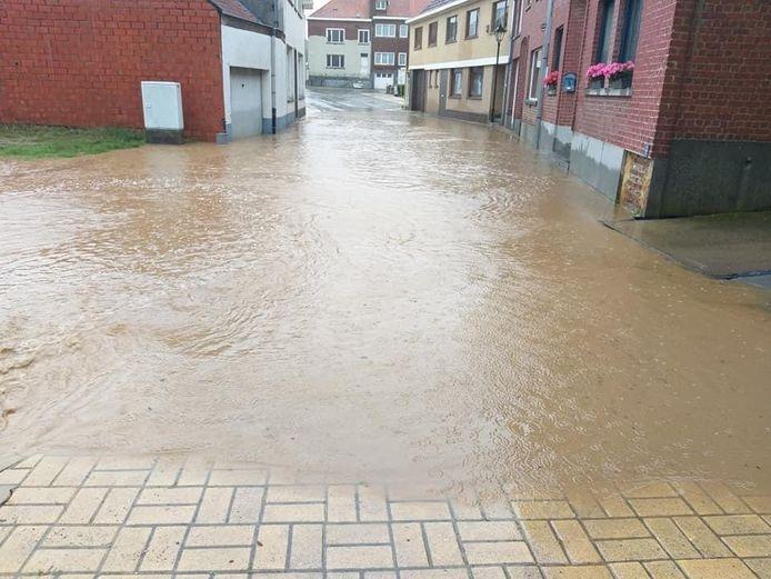 Te veel water voor de afvoerbuizen in Michelbeke.
