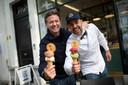 Miguel Dheedene en Julien Limbach tonen de ijsjes van Gelato Giuliano.