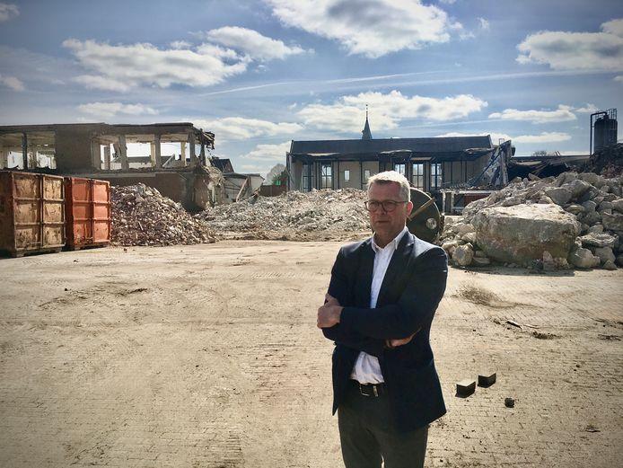 Wethouder Ben Hiddinga op het terrein van de voormalige boterfabriek in Varsseveld, waar 18 woningen worden gebouwd.