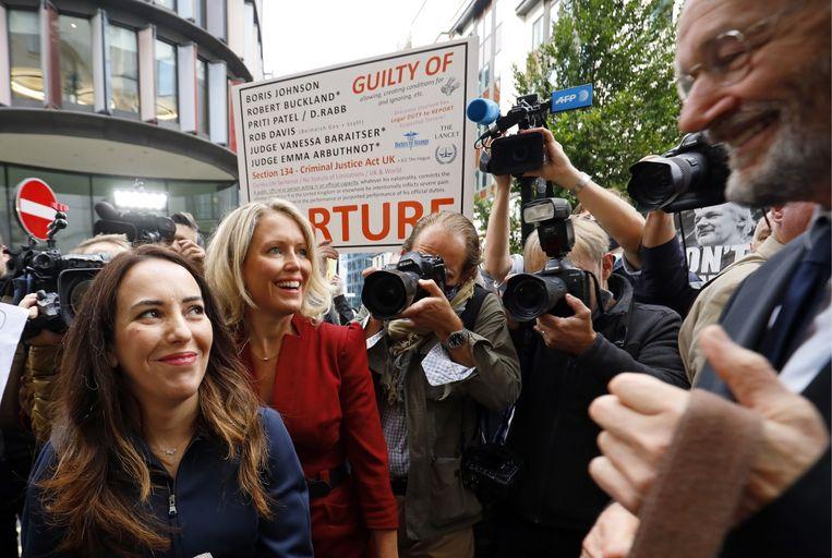 Stella Moris met advocate Jennifer Robinson en Assanges vader bij de start van zijn uitleveringsproces. 'Als hij wordt uitgeleverd, vrees ik dat hij zich van het leven zou kunnen beroven.' Beeld