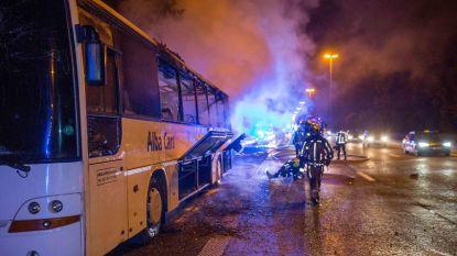 Uitgebrande passagiersbus leidt tot hinder op E40