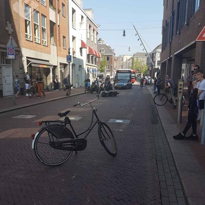 Op de Visstraat in Den Bosch raakte zondagmiddag een 15-jarige jongen uit Vught zwaargewond nadat hij werd aangereden door een scooterrijder.