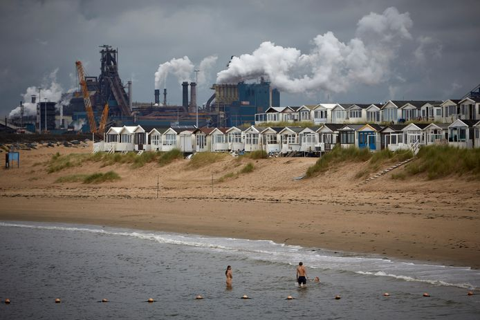 De vervuilende industrie van Tata Steel bij IJmuiden.