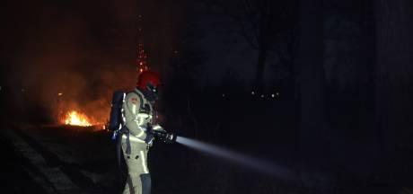 Brandweer is lang bezig met hardnekkige bermbrand in Best