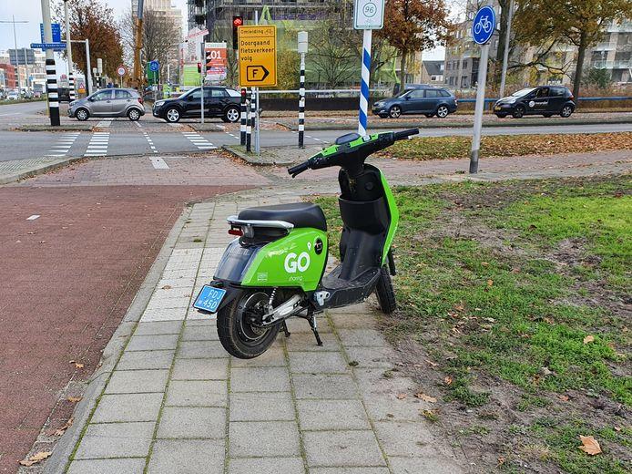 Scooters van Go Sharing worden steeds vaker lukraak achtergelaten in Amersfoort, zoals hier op de Hogeweg.